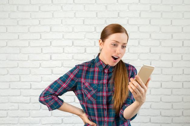 Portret ładna kobieta trzyma smartphone