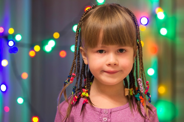 Portret ładna mała dziewczynka z włosianymi warkoczami