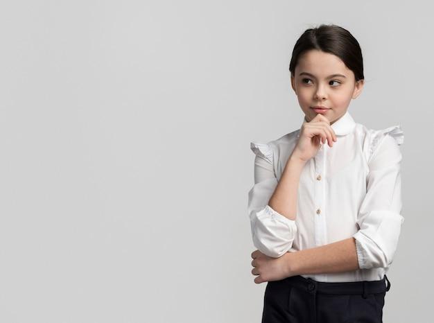Portret ładna młoda dziewczyna z kopii przestrzenią