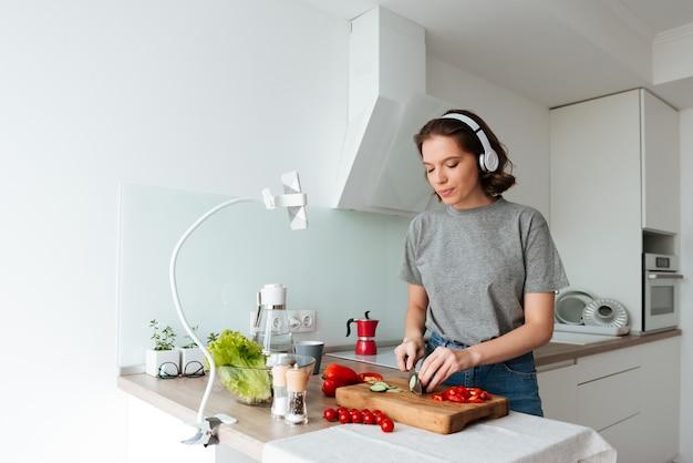 Portret ładna młoda kobieta słucha muzyka