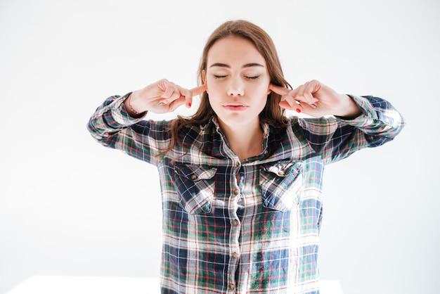 Portret ładna młoda kobieta z zamkniętymi oczami i ucho