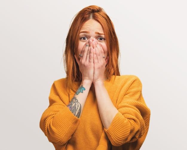 Portret ładna rudzielec dziewczyna uświadamia sobie o coś