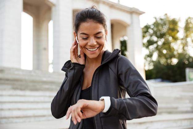 Portret ładna sprawności fizycznej kobieta w słuchawkach