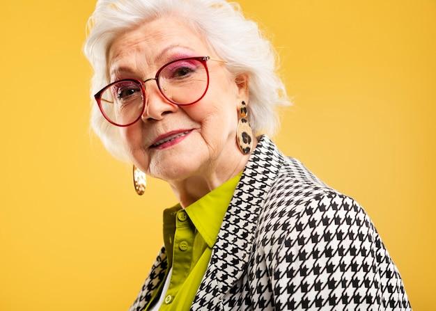Portret ładna starsza kobieta pozuje