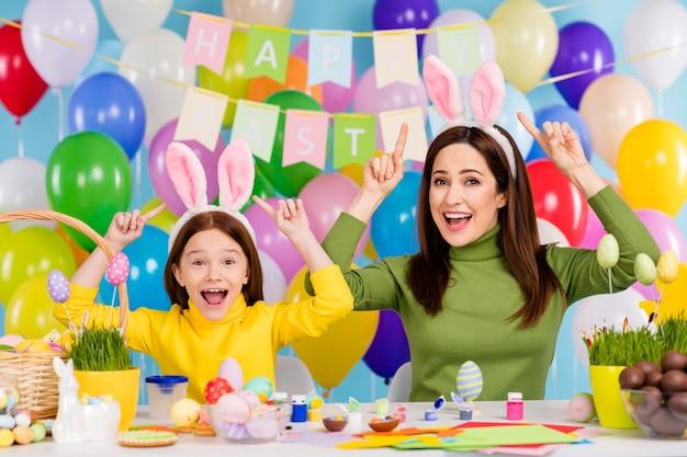 Portret ładne atrakcyjne urocze wesołe wesołe śmieszne dziewczyny na sobie pokazujące uszy królika świętuje zabawną rozrywkę mała siostrzyczka