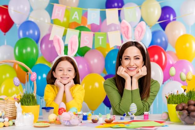Portret ładne atrakcyjne urocze wesołe wesołe śmieszne dziewczyny przygotowujące się ręcznie z okazji kwietniowej rozrywki, ciesząc się wypoczynkiem świąteczną małą siostrzyczką