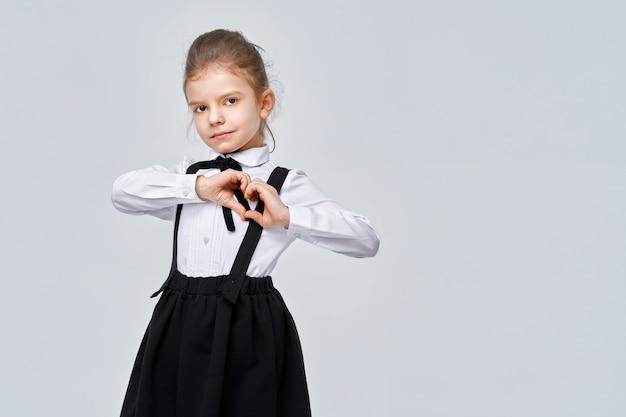 Portret ładne urocze słodkie dziewczyny w mundurek szkolny