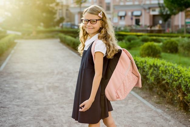 Portret ładnego ucznia w drodze do szkoły