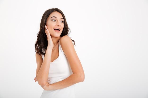 Portret ładnej dziewczyny ubranej w podkoszulek odwracający wzrok