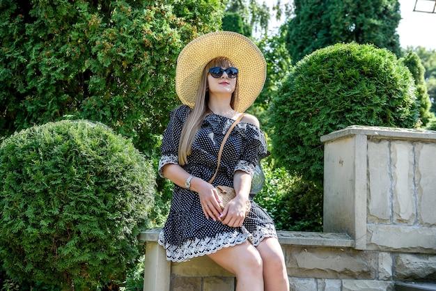 Portret ładnej kobiety w letnim ogrodzie, styl życia