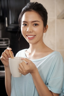 Portret ładnej kobiety z kubkiem