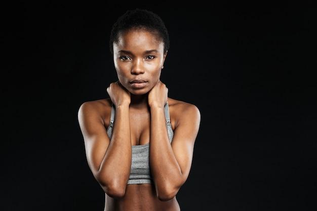 Portret ładnej kobiety ze świeżą skórą odizolowaną na czarnej ścianie