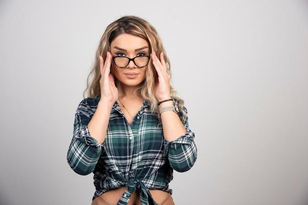 Portret ładnie wyglądającej damy w okularach