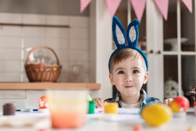 Portret ładny chłopczyk z uszami królika