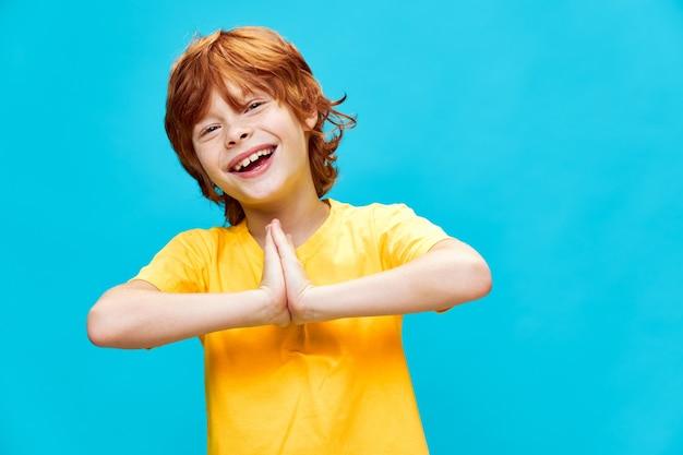 Portret ładny chłopiec z rudymi włosami