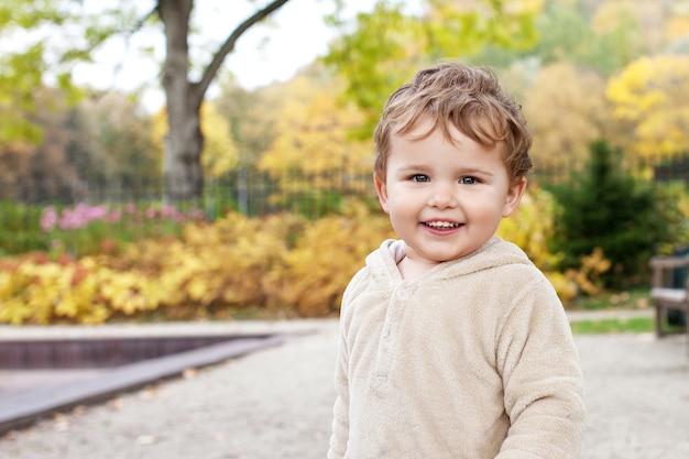 Portret ładny mały chłopiec w parku