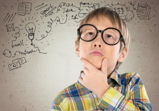 Portret ładny młody chłopak w okularach na białym tle. strzał studio.