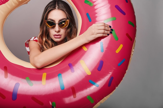 Portret lato moda stylowa piękna kobieta