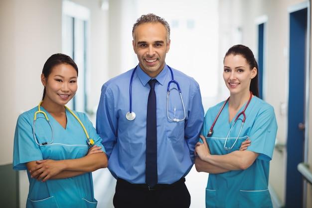 Portret lekarka i pielęgniarki stoi z rękami krzyżować
