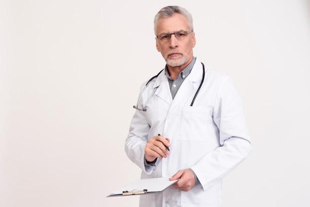 Portret lekarka z stetoskopem i schowkiem odizolowywającymi.