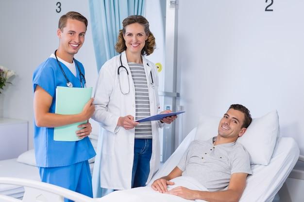 Portret lekarki i pacjent w łóżku szpitalnym
