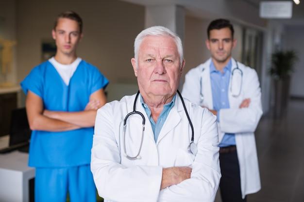 Portret lekarki stoi z rękami krzyżować