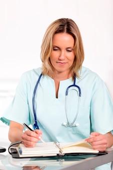 Portret lekarza blond kobieta w szpitalu