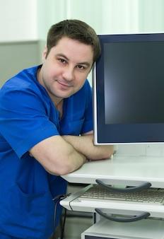 Portret lekarza gastroenterologa w gabinecie lekarskim recepcja pacjenta opieki zdrowotnej