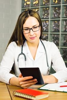 Portret lekarza korzystającego z cyfrowego tabletu