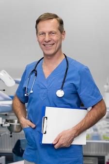 Portret lekarza mężczyzny