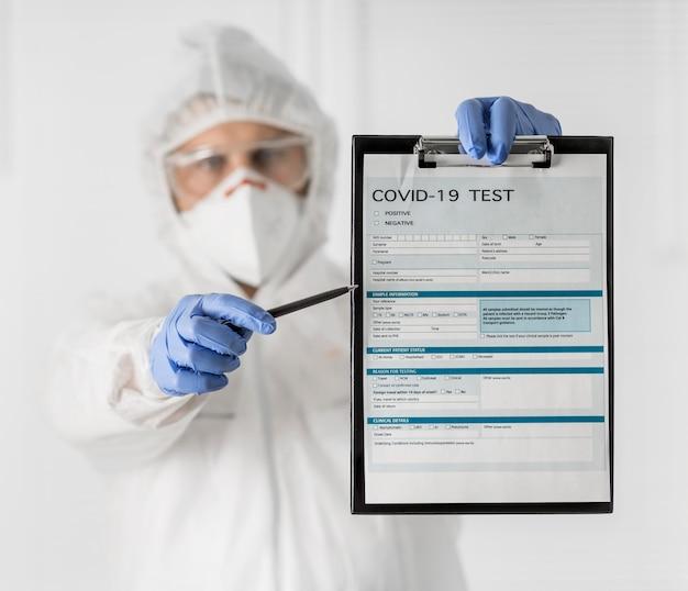 Portret lekarza posiadającego covid formularz medyczny