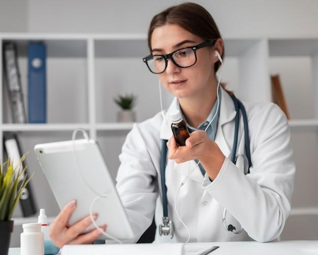 Portret lekarza prowadzącego wideokonferencję w przychodni