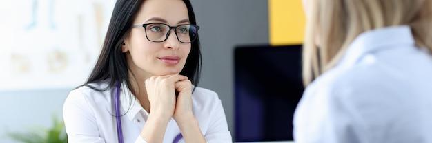 Portret lekarza przysłuchującego się pacjentowi podczas wizyty w służbie medycznej dla ludności