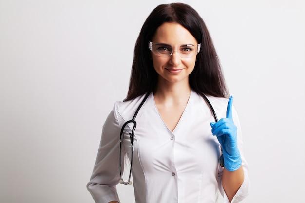 Portret lekarza w okularach i białej sukni medycznej, patrząc bezpośrednio