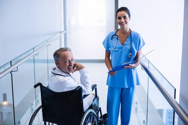Portret lekarzy w korytarzu szpitala