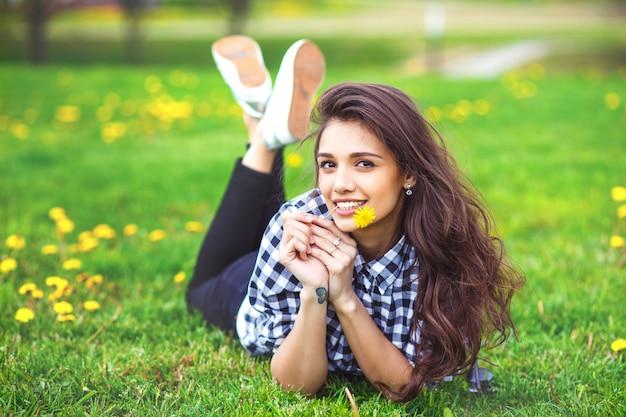 Portret letniej dziewczyny. kobiety ono uśmiecha się szczęśliwy na pogodnym lata lub wiosny dniu outside w parku