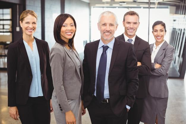 Portret ludzi biznesu uśmiecha się
