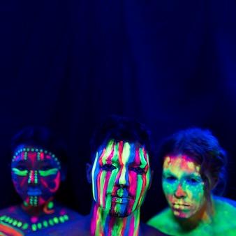 Portret ludzie z ultrafioletowym farba makijażem i kopii przestrzenią