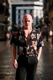 Portret łysego mężczyzny - koncepcja biznesmen