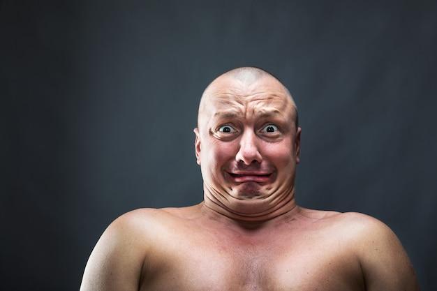 Portret łysy mężczyzna przestraszony