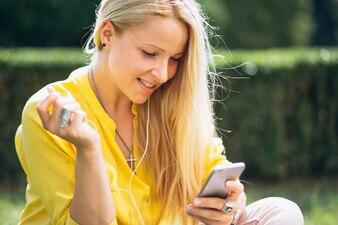 Portret młoda blondynki dziewczyna z telefonem