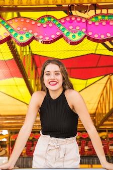 Portret młoda kobieta przy fairground