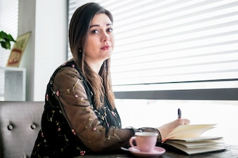 Portret młoda kobieta w sklep z kawą