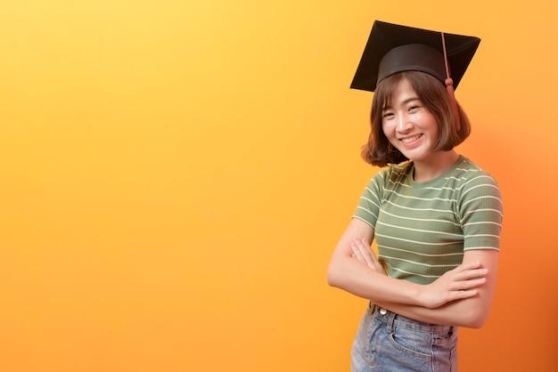 Portret m? odego azjatyckiego studenta nosz? c czapk?