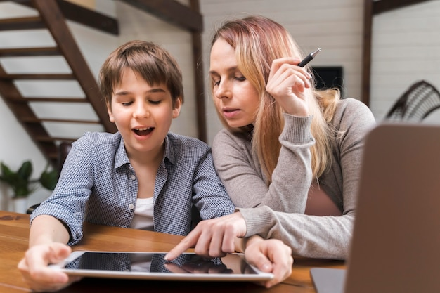 Portret macierzysty pomaga syn z pracą domową