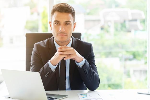 Portret mądrze biznesmen na biurku w biurze. koncepcja inwestycji i konsultanta.