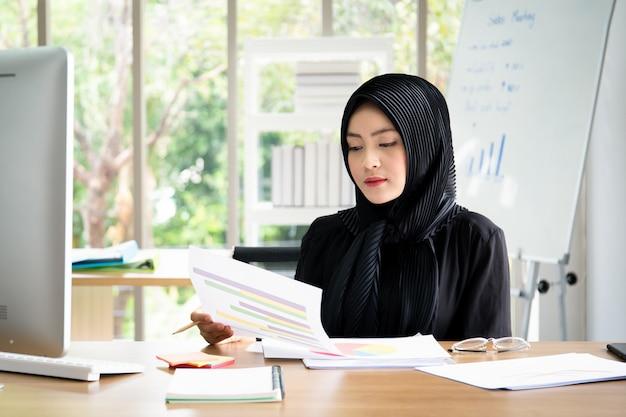 Portret mądrze piękny azjatycki bizneswoman pracuje w biurze
