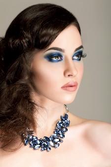 Portret magicznej dziewczyny. niebieski makijaż. moda damska