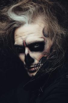 Portret makijaż czaszki młodego człowieka