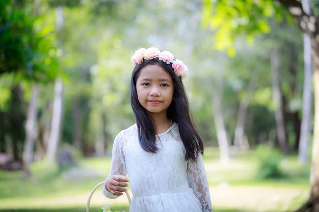 Portret mała azjatycka dziewczyna ono uśmiecha się w natura lesie z miękkim brzmieniem przetwarzającym